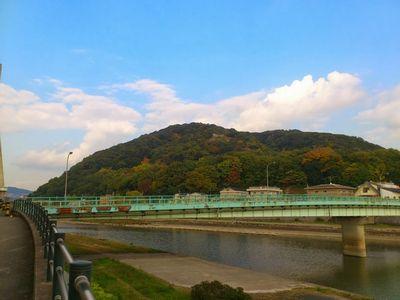 五月山(手前は猪名川)